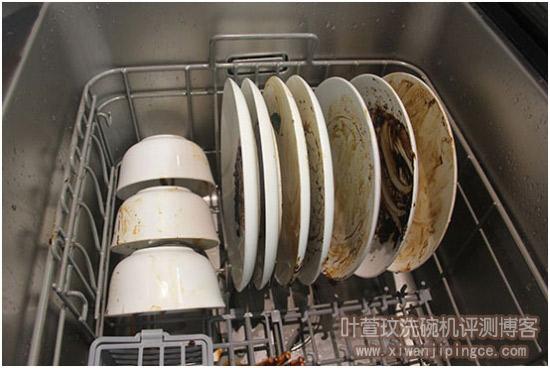 摆放到洗碗机里(碗碟前后都被弄脏)