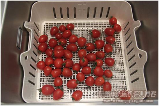 将圣女果放入果蔬篮,放进水槽洗碗机