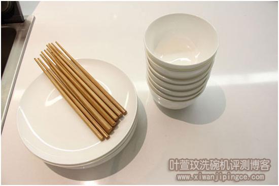 清洗过后的碗碟筷子