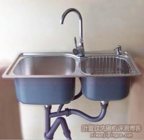 简装厨房里的独立水槽