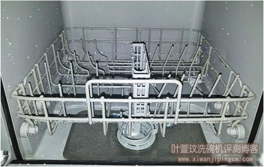 洗碗机内壁餐具上白色痕迹是什么?